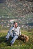 Молодой человек путешественника с рюкзаком на холме Стоковые Фотографии RF