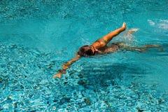 Молодой человек плавает в бассейне Стоковые Фотографии RF