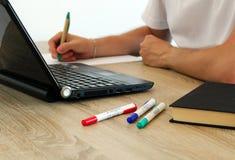 Молодой человек работает с тетрадью на офисе Стоковое Изображение