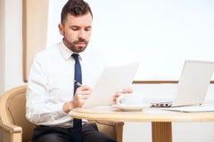 Молодой человек работая во время командировки Стоковые Фото