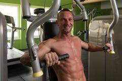 Молодой человек работая комод в спортзале Стоковое Изображение RF