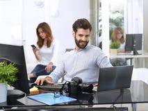 Молодой человек работая на компьютере Стоковые Изображения RF