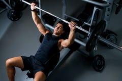 Молодой человек разрабатывая в спортзале Стоковое фото RF
