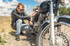 Молодой человек ремонтируя его велосипед Стоковое Изображение RF