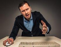 Молодой человек сердитой осадки портрета в голубых рубашке и куртке Стоковое фото RF