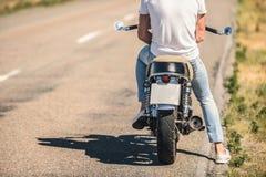 Молодой человек сидя на его мотоцилк Стоковые Изображения RF