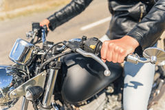 Молодой человек сидя на его мотоцилк Стоковое Изображение
