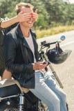 Молодой человек сидя на его мотоцилк Стоковое фото RF