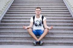 Молодой человек сидя на шагах стоковое изображение rf