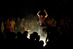 Молодой человек скача над костром стоковое изображение rf