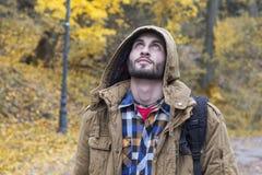Молодой человек смотря вверх в парке падения Стоковые Изображения RF
