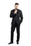 Молодой человек стерни кладя черный пластичный гребень внутри карманн смокинга Стоковые Изображения RF