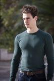 Молодой человек стильных волос outdoors, свет плотного knit интенсивный стоковое фото