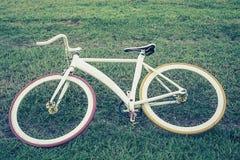 Молодой человек стиля битника представляя с велосипедом Стоковое Изображение
