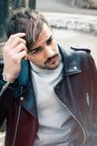 Молодой человек стиля причёсок outdoors Мужчина волос стоковое изображение