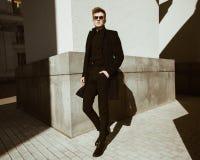 Молодой человек стоит около здания Стоковое Изображение RF