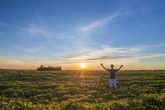 Молодой человек стоя близко велосипед в восходе солнца утра с wonderf Стоковое Фото