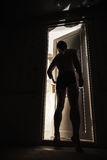 Молодой человек стоя близко к открыть двери Стоковое Фото