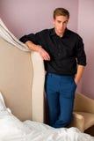 Молодой человек стоя в спальне Стоковые Изображения RF