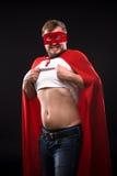 Молодой человек супергероя в студии Стоковые Фотографии RF