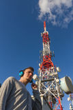 Молодой человек с антенной радиосвязей наушников бортовой Стоковое Изображение RF