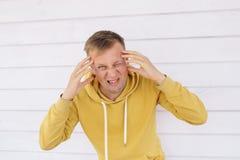Молодой человек с головной болью Стоковые Фотографии RF
