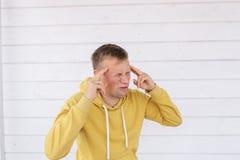 Молодой человек с головной болью Стоковые Фото