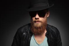 Молодой человек с длинной красной бородой стоковое изображение rf
