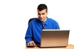 Молодой человек с калькулятором Стоковые Изображения