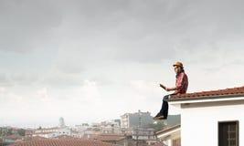 Молодой человек с книгой Мультимедиа Стоковые Изображения RF