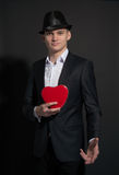 Молодой человек с коробкой любит влюбленность сердца Стоковое Фото