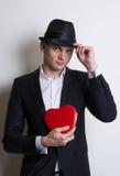 Молодой человек с коробкой любит влюбленность сердца Стоковая Фотография