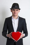 Молодой человек с коробкой любит влюбленность сердца. Стоковое фото RF