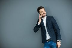Молодой человек с мобильным телефоном стеной Стоковая Фотография RF