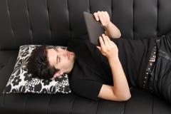 Молодой человек с ПК aTablet Стоковое Фото