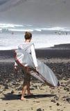 Молодой человек с прибоем Стоковое фото RF