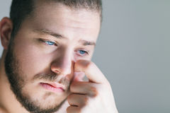 Молодой человек с проблемой Стоковое Изображение