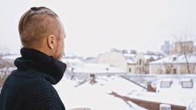 Молодой человек с пьяницами кофе усика на крыше Зима сток-видео