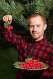 Молодой человек с плодоовощ боярышника стоковая фотография rf