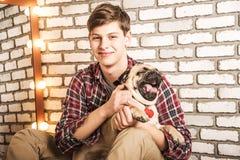 Молодой человек с собакой Стоковое Изображение RF