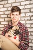 Молодой человек с собакой Стоковое Изображение