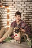Молодой человек с собакой Стоковые Изображения
