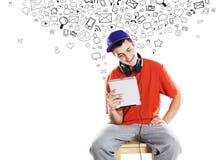 Молодой человек с таблеткой Стоковые Фото