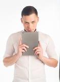 Молодой человек с таблеткой Стоковая Фотография RF