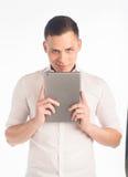 Молодой человек с таблеткой Стоковые Изображения RF