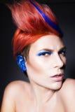 Молодой человек с тенями голубого глаза, голубые уши и розовые волосы с голубой стренгой на ей смотря камеру и руки приближают к  Стоковое Изображение RF