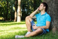 Молодой человек слушая к музыке стоковая фотография rf