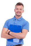 Молодой человек с улыбками доски сзажимом для бумаги на вас Стоковая Фотография