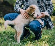 Молодой человек с щенком Стоковые Фото