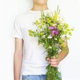 Молодой человек с Wildflowers Стоковые Фотографии RF